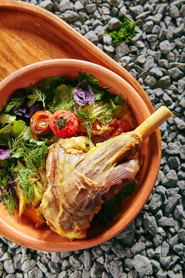 Buglama hecho en casa de servicio hermoso o Shin del cordero con las verduras fotos de archivo