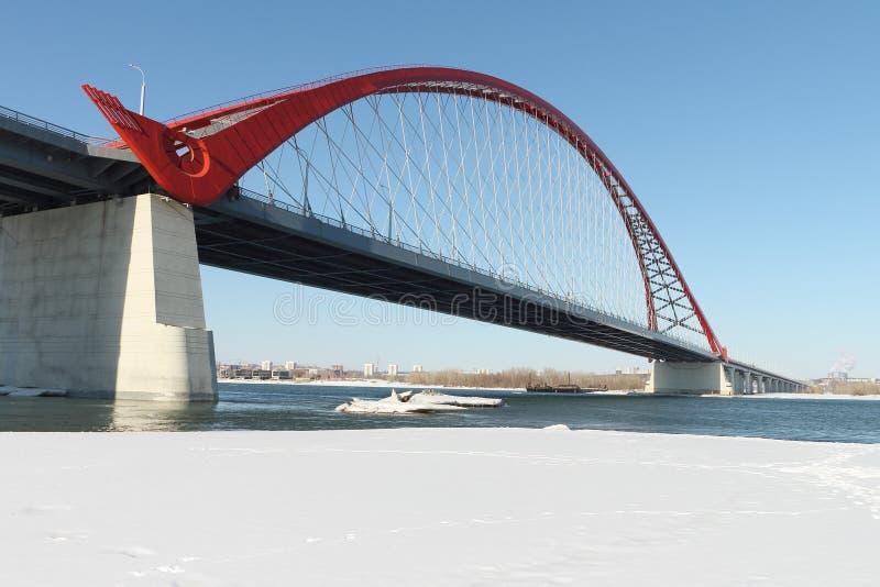 Bugrinsky-Brücke über dem Ob, Nowosibirsk, Russland lizenzfreies stockfoto