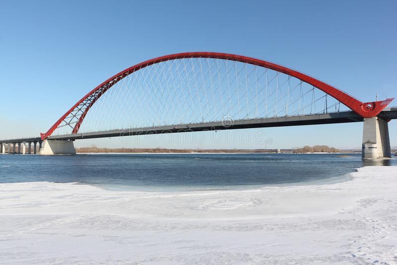 Bugrinsky-Brücke über dem Ob, Nowosibirsk, Russland lizenzfreie stockfotografie