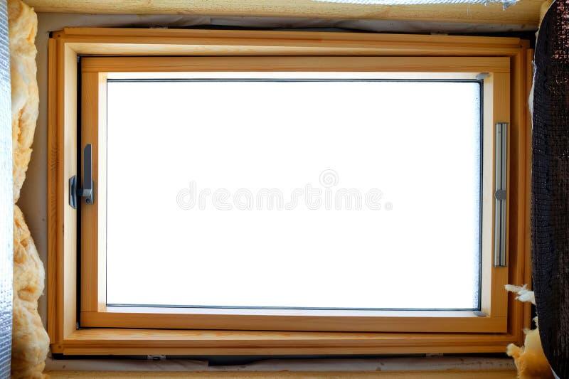 Buhardilla de la instalación o ventana de madera del tragaluz en ático con rockwool del aislamiento térmico imagen de archivo libre de regalías