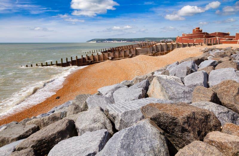 Buhnen und Wellenbrecher an Eastbourne-Seeküste Sussex Südost stockfoto