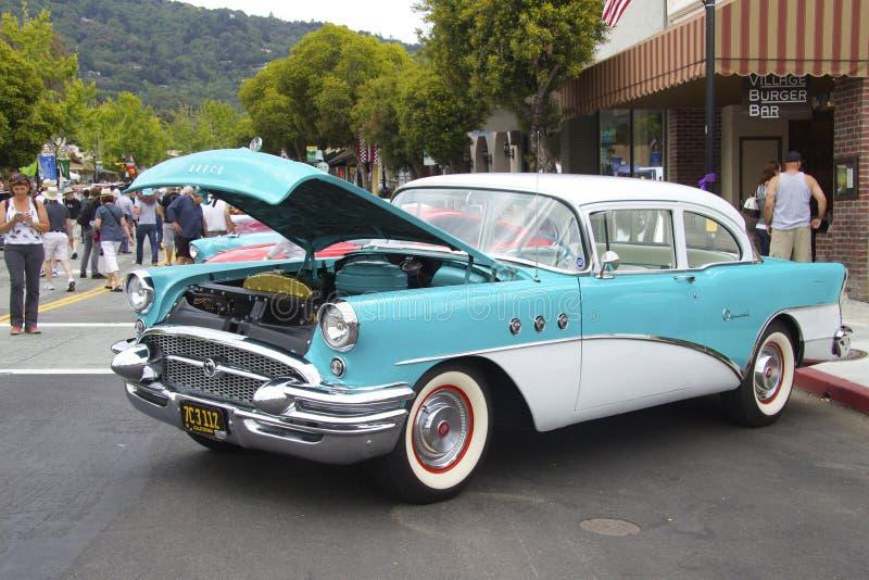 Buick sakkunnig 1955 med en öppen huv arkivfoton
