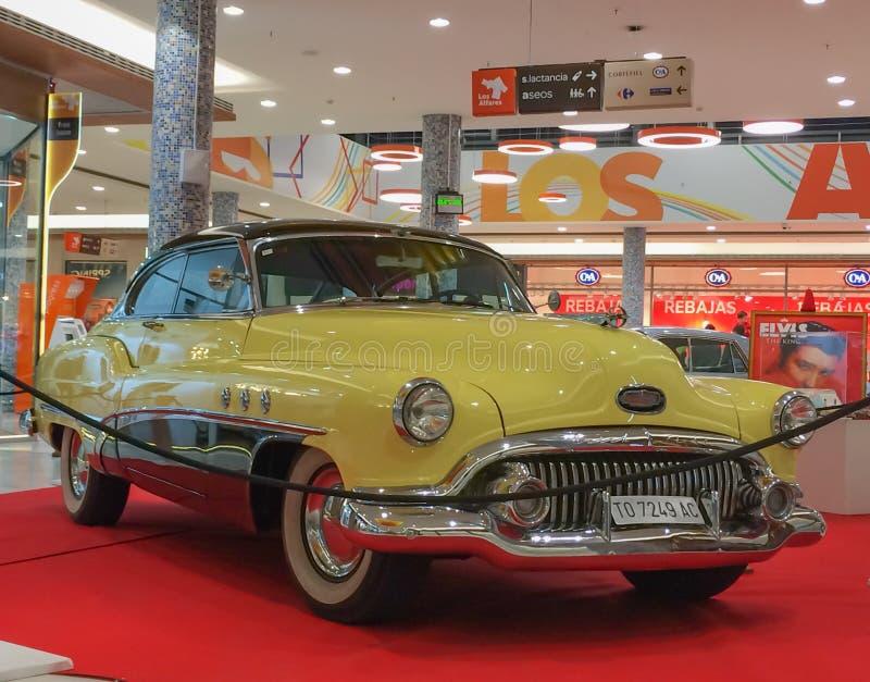 Buick Super 1949 in geel en witte room royalty-vrije stock foto's