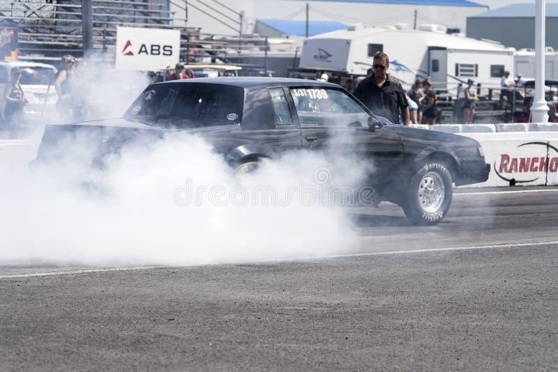 Buick-Widerstandauto, das eine Rauchshow an der Anfangszeile macht lizenzfreie stockfotos