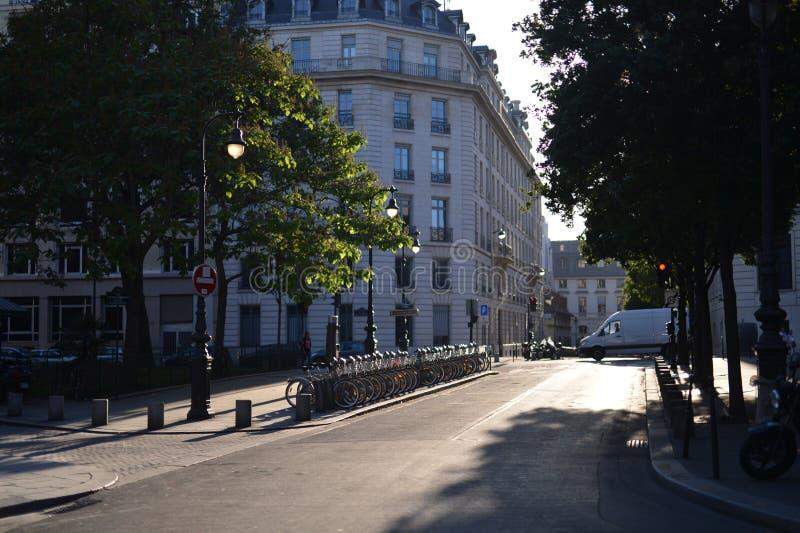 巴黎buiding和街道场面  免版税库存图片