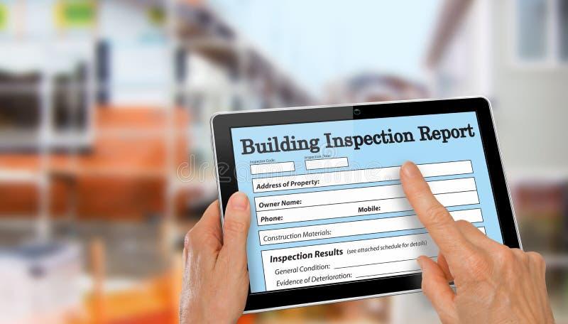 Buiding inspektor uzupełnia wizytacyjną formę na komputerowej pastylce zdjęcia stock