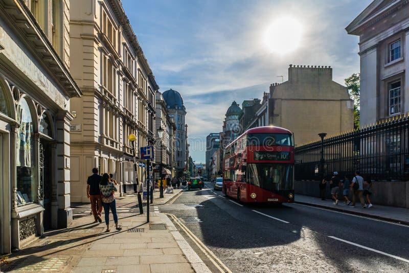 Buiding tipico della via di Londra, Inghilterra, Regno Unito fotografie stock libere da diritti
