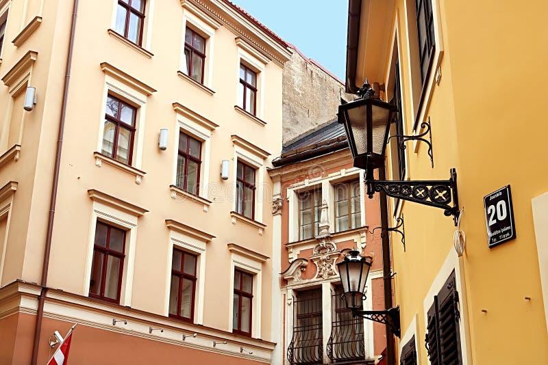 Buidings op Jauniela-Straat waar de sovjetfilm over Sherlock Holmes in de Oude Stad, Riga werd geschoten royalty-vrije stock afbeelding