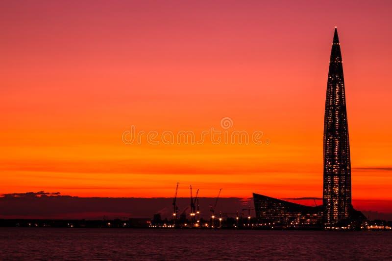 buidling在结束海湾岸的Lahta中心摩天大楼在内娃河嘴的彼得斯堡市附近集合光芒的  库存图片
