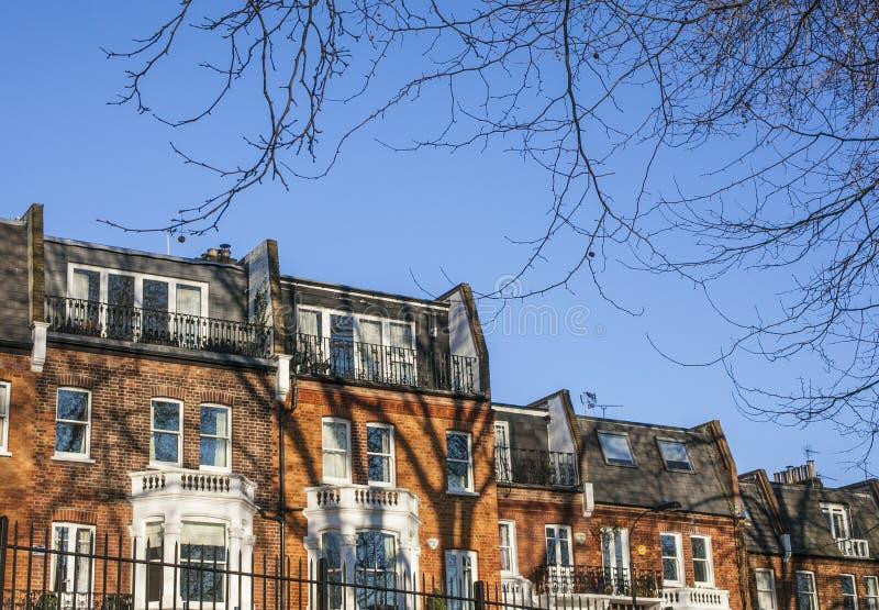 Buidlings in Londen, een blauwe hemel, bruine muren stock foto's