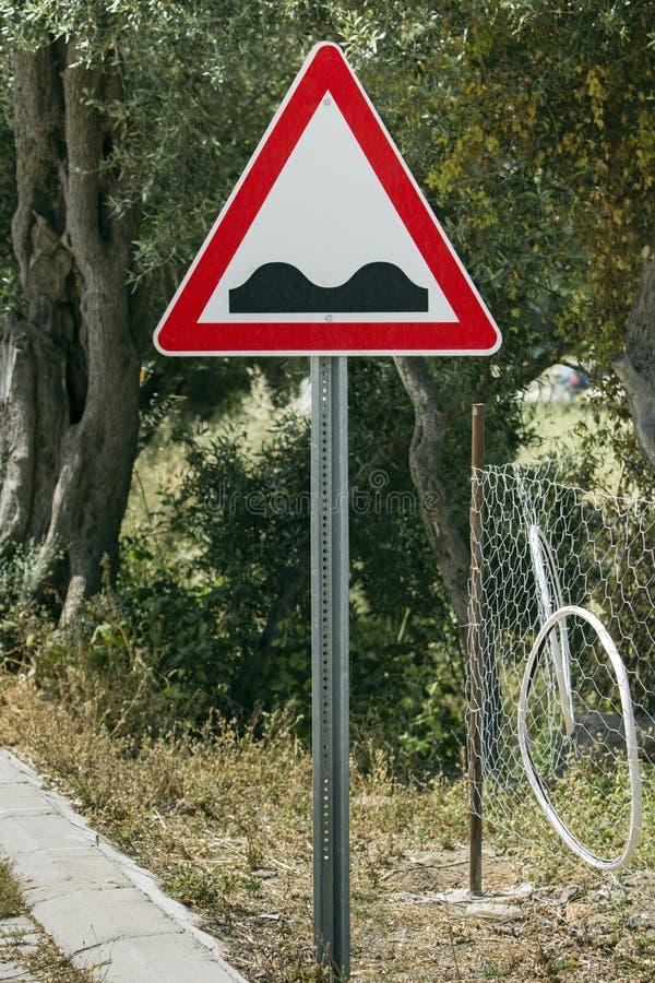 Buil vooruit verkeersteken in een Mediterraan milieu stock foto's