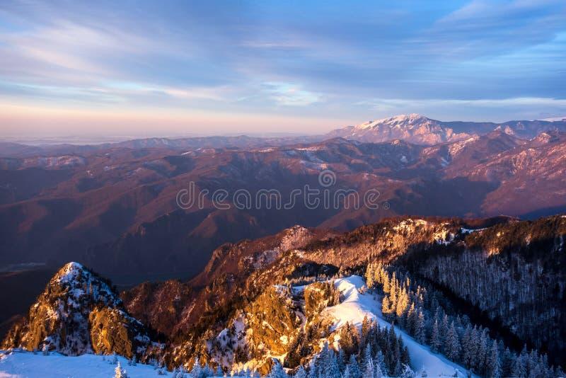 Buila Vanturarita berg som ses från det Cozia maximumet arkivbilder