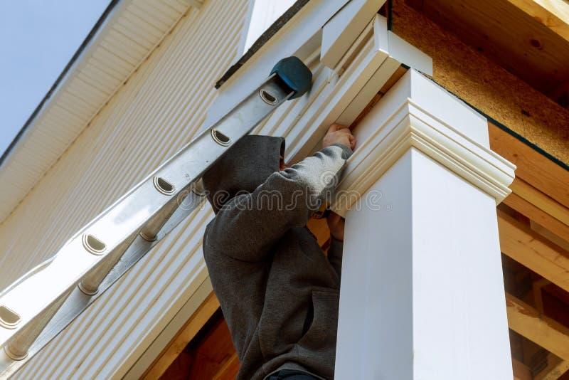 9Builders在安装建筑的新的家安装一根支柱 库存照片