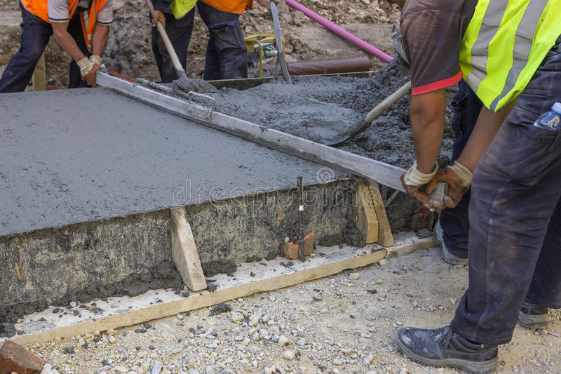 Builders Level Wet Concrete With A Metal Screed 2 Stock