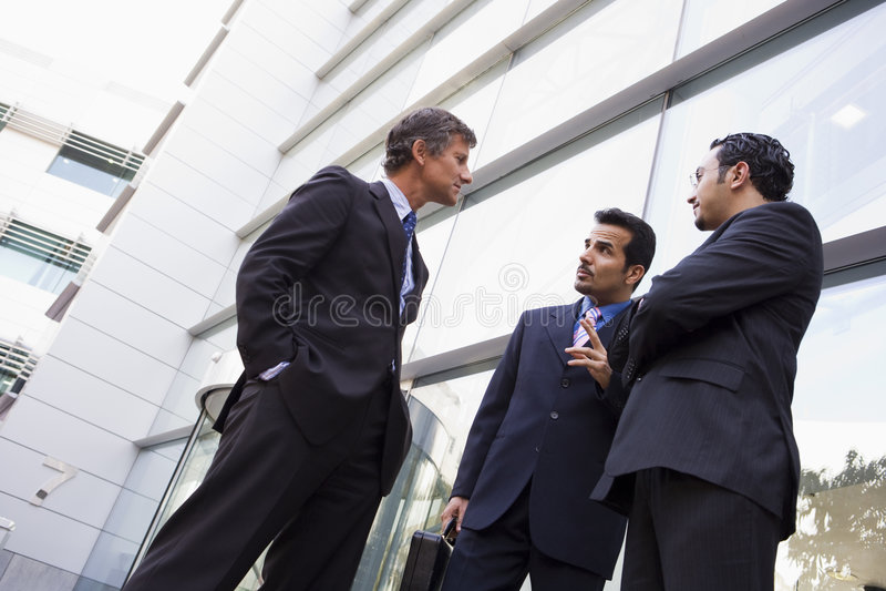 buildi grupy biznesmenów biura porozmawiać na zewnątrz obrazy stock