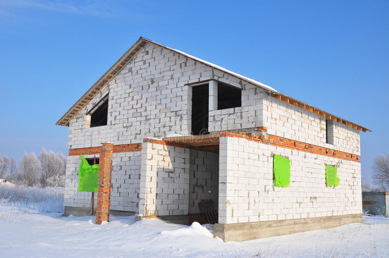 Building new house from white autoclaved aerated concrete for Building a concrete block house