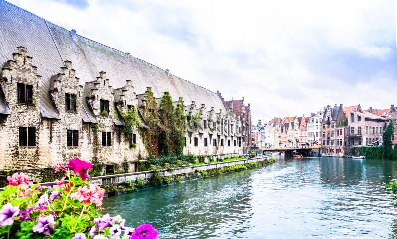 Buildingy histórico cerca puede en la ciudad de Gante fotografía de archivo