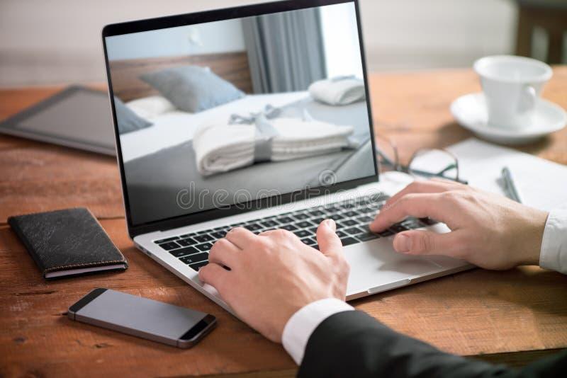 Buisiness在桌上的人手使用膝上型计算机 库存照片