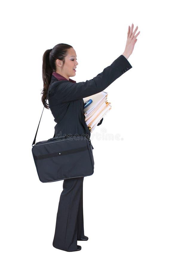 Buisiness Frau, die ein Fahrerhaus oder einen Freund hagelt stockfotografie