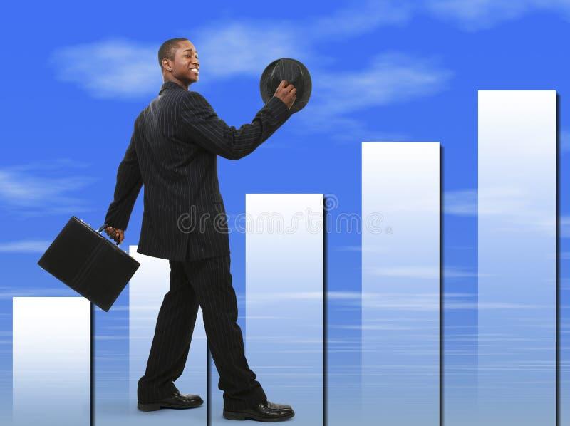Download Buisinessman In Vestito Con La Cartella Ed Il Cappello Che Camminano E Che Sorridono Immagine Stock - Immagine di sviluppo, ascensione: 215511