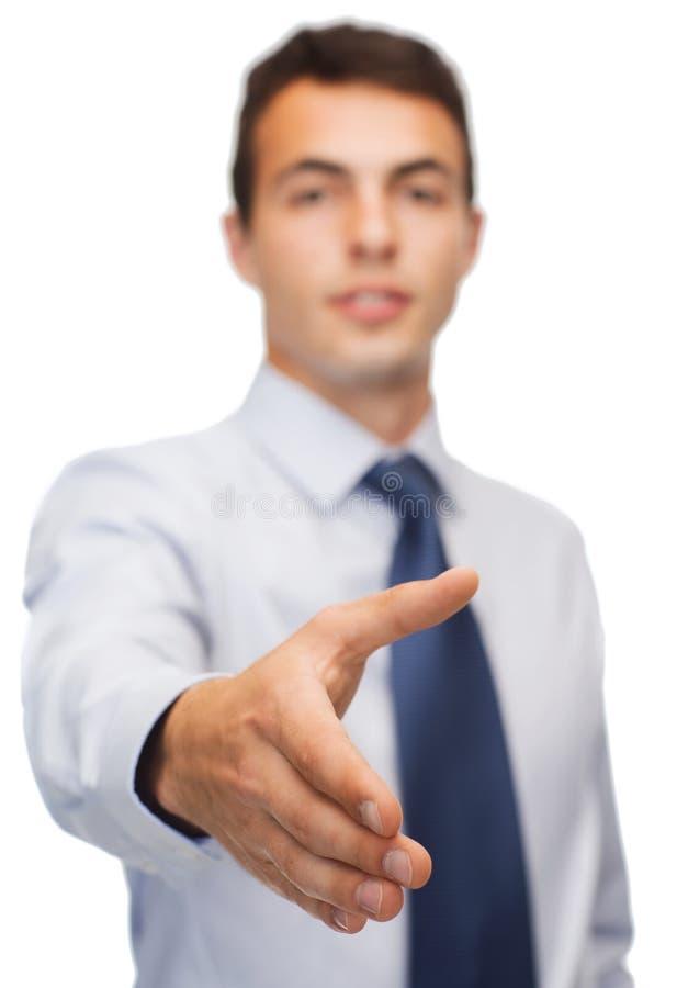 Buisnessman с открытой рукой готовой для рукопожатия стоковое фото