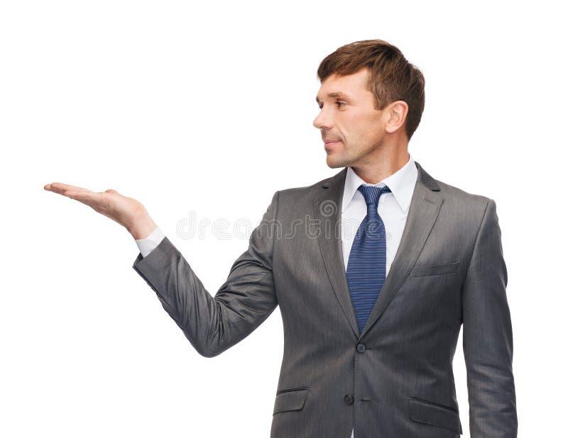 Buisnessman o insegnante che mostra qualcosa fotografia stock
