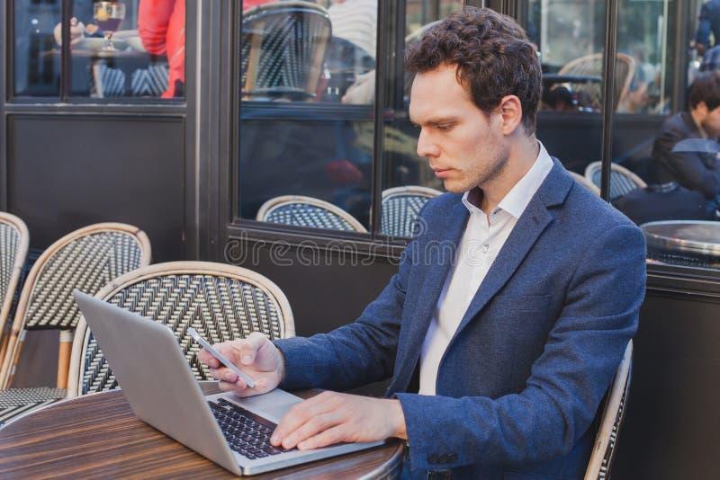 Buisnessman unter Verwendung des Internets am Handy stockfoto
