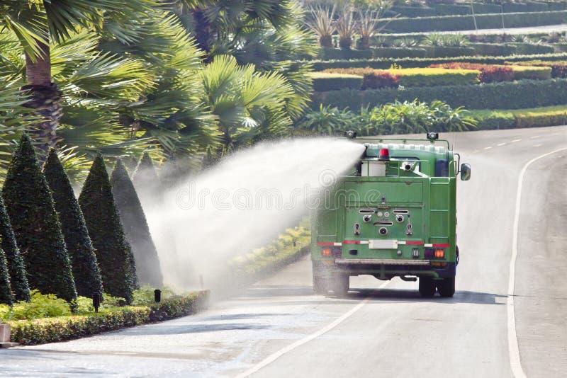 Buisson de arrosage de camion de l'eau en stationnement images libres de droits