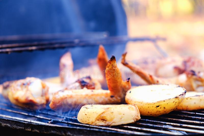 Buiten barbecue bbq grilling-aardappel, voeding stock fotografie