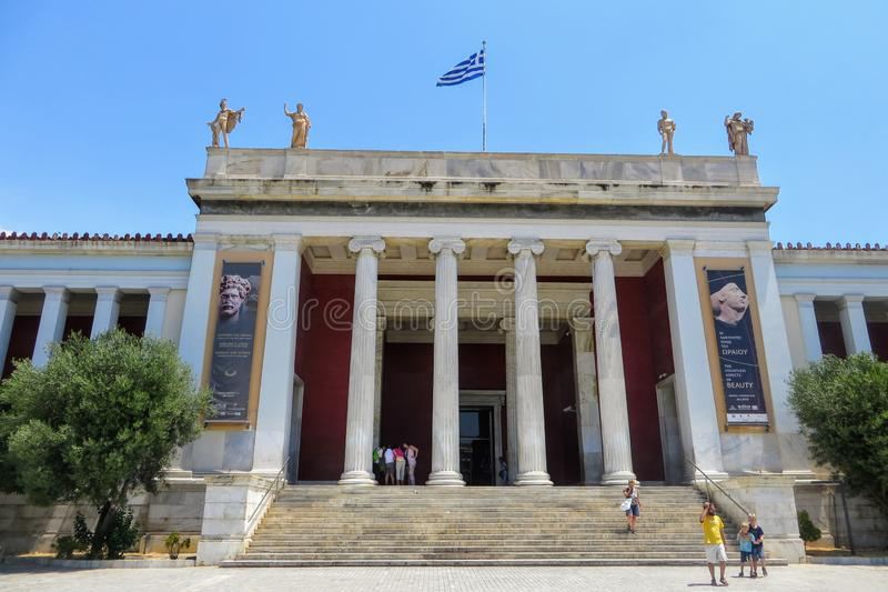 Buiten bekijkend de voorzijde van het wereldberoemde Nationale Archeologische Museum in Athene, Griekenland Verscheidene bezoeker stock foto's