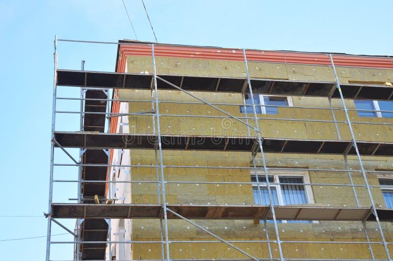 Buiten de hitteisolatie van de huismuur met steenwol, die in aanbouw bouwen royalty-vrije stock foto's