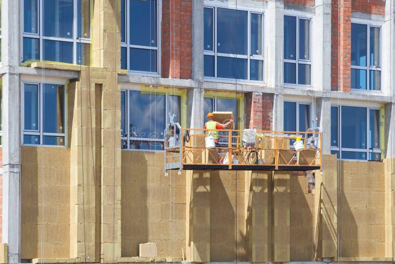 Buiten de hitteisolatie van de huismuur met steenwol, die in aanbouw bouwen stock afbeeldingen