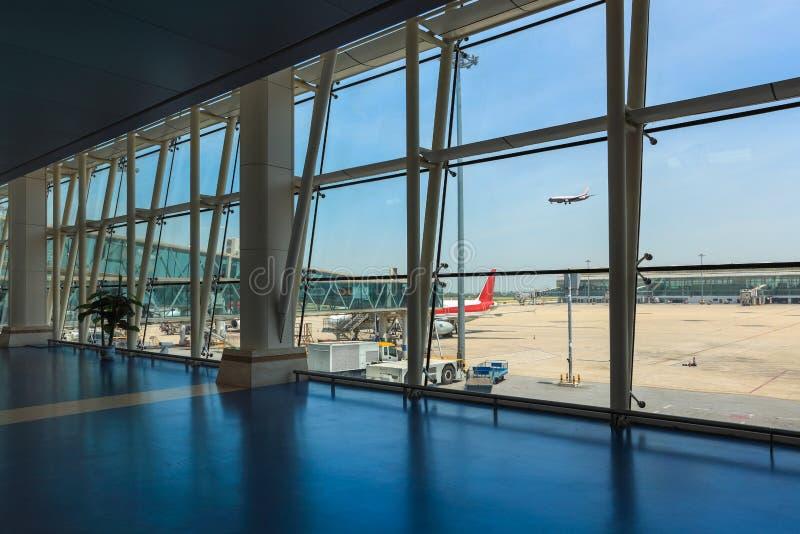 Buiten de luchthaventerminal stock foto