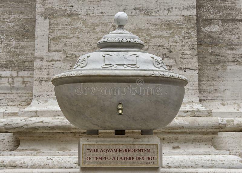 Buiten drinkend Fontein in het Vierkant van Heilige Peter ` s, het Museum van Vatikaan stock fotografie