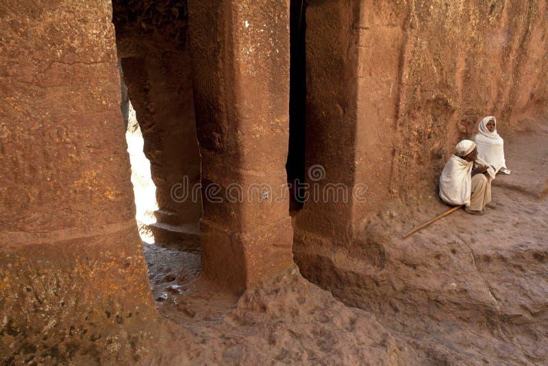 Buiten gezeten priesters, Lalibela royalty-vrije stock afbeelding