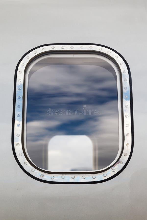 Buiten het vliegtuigvenster royalty-vrije stock foto