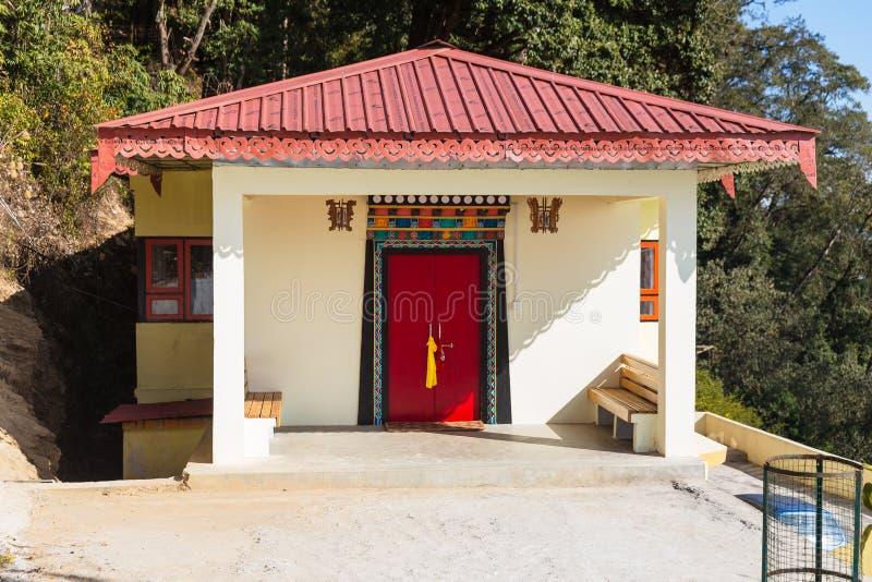 Buiten kleine Tempelruimte met roze heupdak in Guru Rinpoche Temple in Namchi Sikkim, India royalty-vrije stock foto