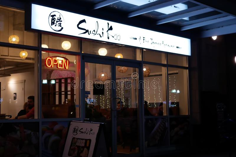 Buiten schot van Japans restaurant bij nacht stock foto's