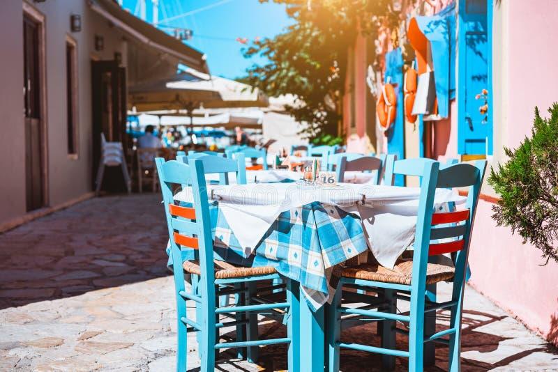 Buiten traditioneel blauw en wit restaurant, de Griekse vakantie van het herbergconcept in Griekenland royalty-vrije stock foto