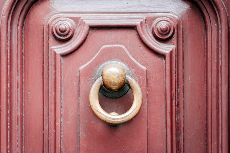 Buiten uitstekende het metaalcirkel van deurkloppers op een deur van een oud gebouw in Catanië, Sicilië, Italië stock foto