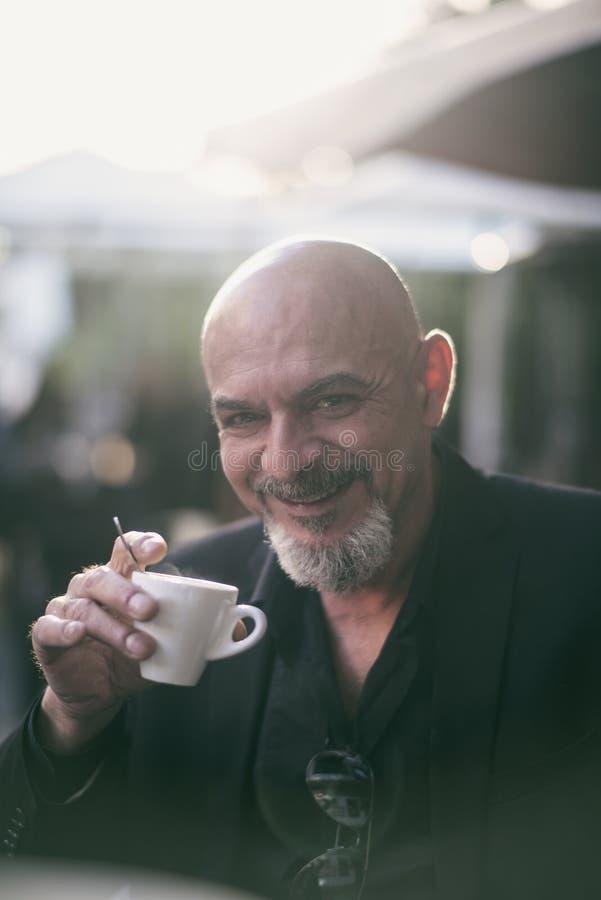 Buitenbeeld van rijpe mens het drinken koffie royalty-vrije stock afbeelding