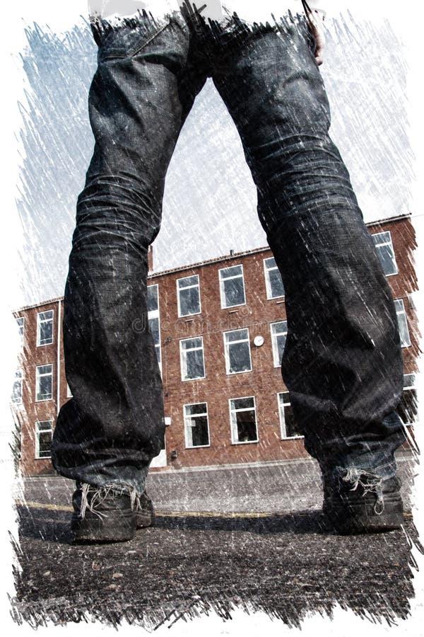 Buitenbeentje jonge mens met verspreide benen die zich voor een gebouw bevinden Houtskoolillustratie stock afbeeldingen