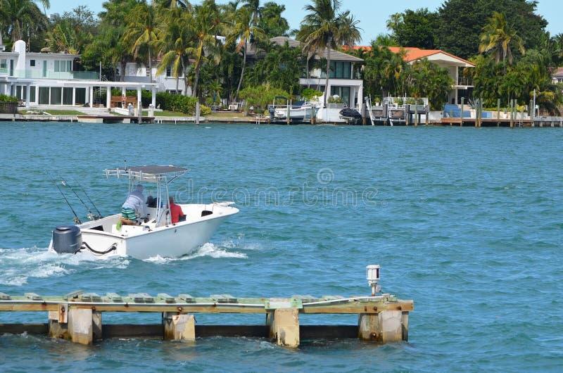 Buitenboordmotor aangedreven vissersboot die van Rivo Alto kruisen royalty-vrije stock afbeeldingen