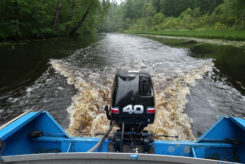 Buitenboordmotor op boot stock foto's