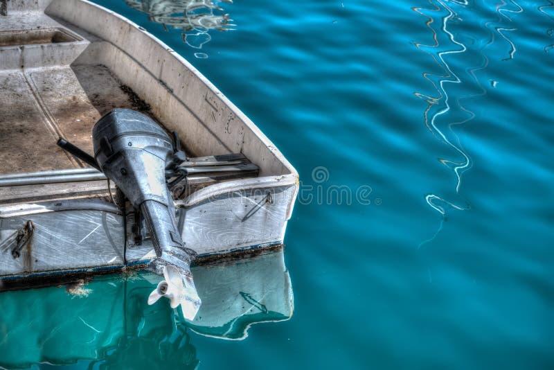 Buitenboordmotor op een oude boot in hdr stock foto