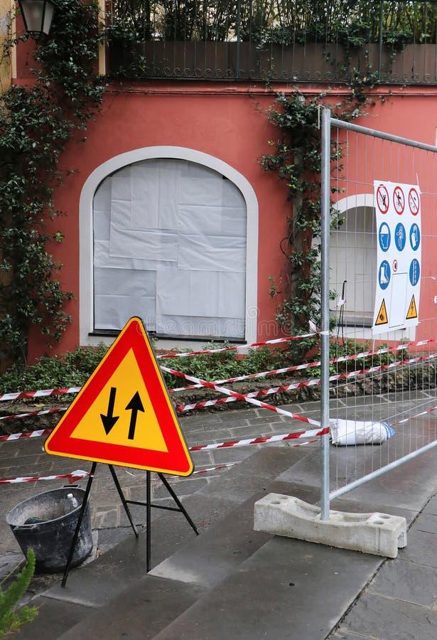 Buitenbouwwerkzaamheden met veiligheidswaarschuwingsborden royalty-vrije stock foto
