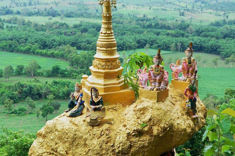 Buitendetail van de beroemde heilige in evenwicht brengende gouden rots bij Wat Phra That Doi Din-Chi in Mae Sot, Thailand stock foto