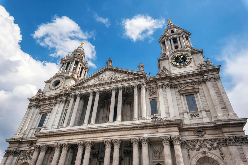 Buitendetail van de Kathedraalvoorgevel van Heilige Paul van Londen royalty-vrije stock fotografie