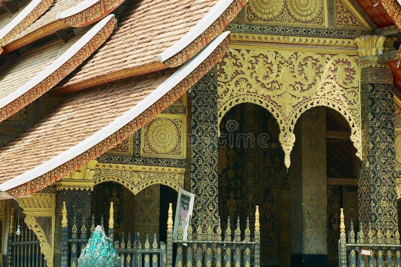 Buitendetail van de voorgevel van Wat Xieng Thong Buddhist-tempel in Luang Prabang, Laos stock foto's