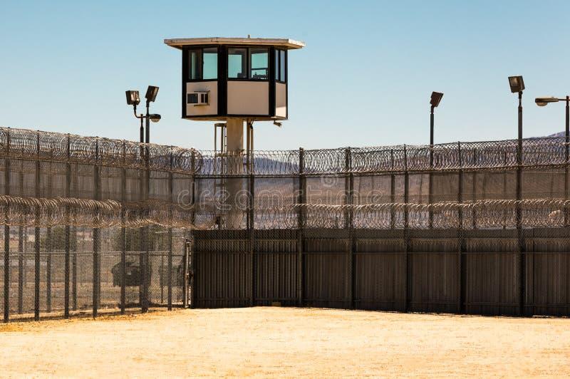 Buitengevangenisyard Leeg met wachttoren stock foto's